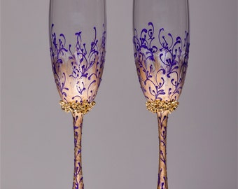 Personalized Wedding glasses gold and purple Personalized glasses Champagne flutes purple Toasting glasses purple and gold Flutes set of 2