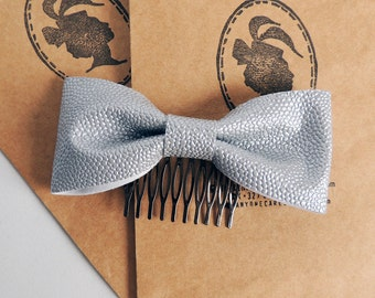 Light silver faux leather bow comb