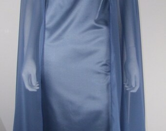Dress in satin and chiffon cape
