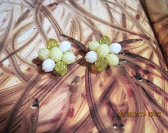 VINTAGE PRETTY 50's Hong KONG Yellow & White Acrylic Bead Cluster Button Style Clip Earrings....#8587