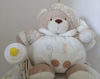 Neutral nappy cake, for a boy or a girl.