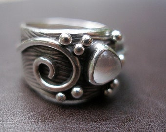 Dove Ring in Sterling Silver and Moonstone