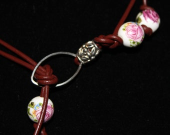 Floral glass bead on brown leather - chocker
