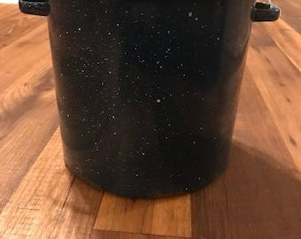 Blue granite pot/enamelware, speckled