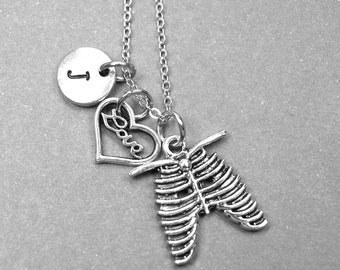 Collier cage thoracique, coeur, amour collier, breloque squelette cage thoracique, bijoux coeur, cage thoracique collier, collier personnalisé, monogramme