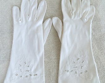 Pretty Vintage Gloves in White with Floral Motif