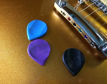 Guitar Pick Ergonomic with automatic tumb position