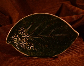 Green / leaf / pottery dish / white flowers / flowers / pottery catch-all / pottery / dish / catch-all / green dish / green catch-all