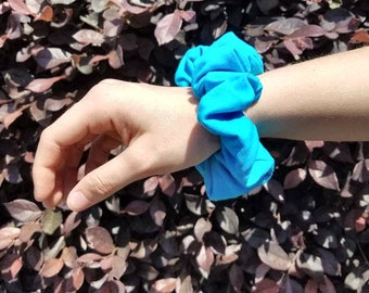 Planes scrunchie: bright turquoise