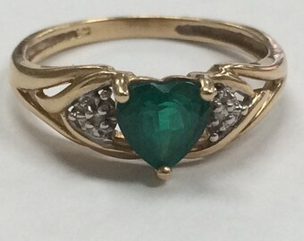 PRETTY 10K Yellow Gold Emerald and Diamond HEART Ring Size 7!