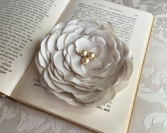 Beige Silk Flower Hair Clip.Beige Silk Flower Brooch.Flower Pin.Beige headpiece.Faux Silk.Wedding.Hair Accessory.Beige Bridal Hair Piece