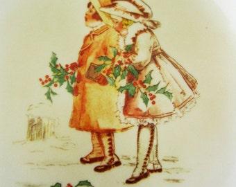 Corning Vintage dessins Noël affichage plaque indiquant l'Image de carte postale Vintage de 2 jeunes filles, Holly