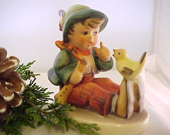 """Leçon de chant Vintage TMK Hummel 3 Figurine marqué W Allemagne et #63, Goebel collection 3"""" Figure du garçon et oiseau"""