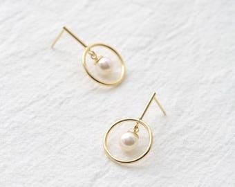 pearl in circle earring