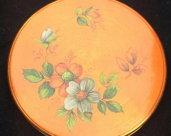 Lovely vintage un named powder compact in great condition with Lovely flower pictures to lid