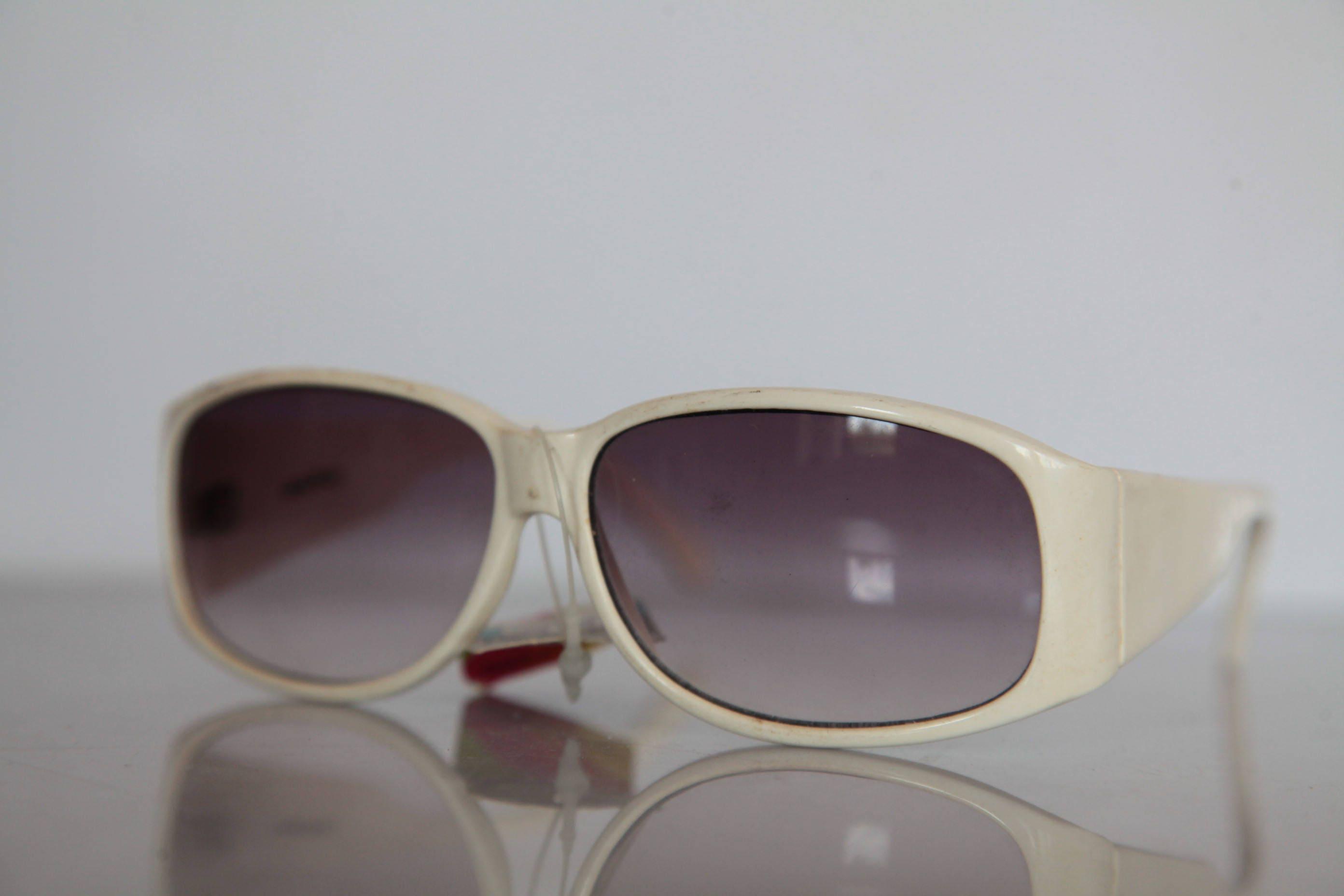 Jahrgang Polaroid weißer Rahmen polarisierende Gläser.