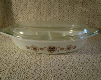 Pyrex Divided Lidded Casserole Dish, Town and Country Pattern, Brown Design, 1 1/2 Qt., Baking Dish with Lid