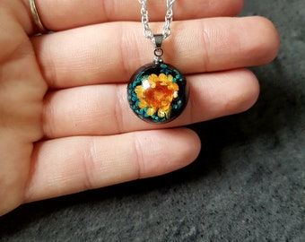 Necklace featuring a cabochon unique real dried flowers