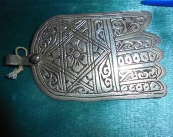 Marokkaanse sieraden, antieke Tanger gebied grote zeldzame zilveren hamsa met roos, 3 1/4 inch