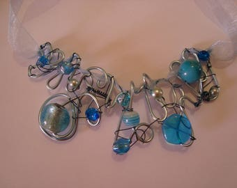 Blue aluminum wire necklace with Ribbon