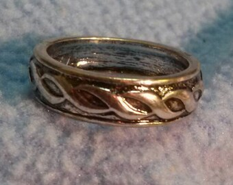 Lovely Silver  Ring~ Decorated Band Size 7.5