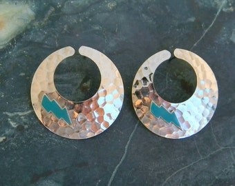 Vintage Silvertone Round Hammered Style Pierced Earrings Lightning Bolt Inlays Item W89