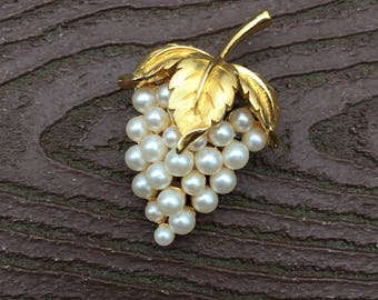Vintage Jewelry Gorgeous Signed Crown Trifari Grapes Pin Brooch