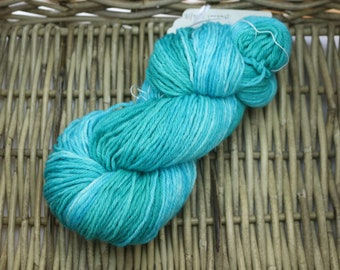 Gradient Worsted Yarn (100% Peruvian Highland Wool) in a long gradient from teal to a bright blue