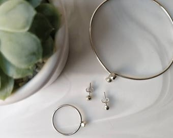 Gemstone ring, bracelet and earrings with polygonal nuggets