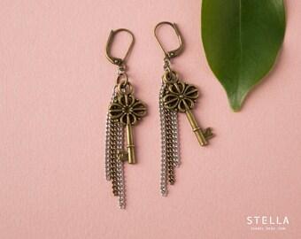 Boucles d'oreilles clef victorienne, chaînes argent et laiton, pendants d'oreilles clef filigrane brass, bijou clé romantique, bijou femme