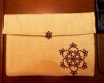 Linen purse with tatting lace appliqué. Dimensions - 21 x 15 cm