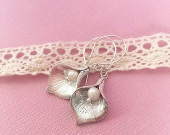 Silver calla lily earrings with freshwater pearls, Silver flower earrings, Calla lily jewelry, Calla lily bridesmaids earrings