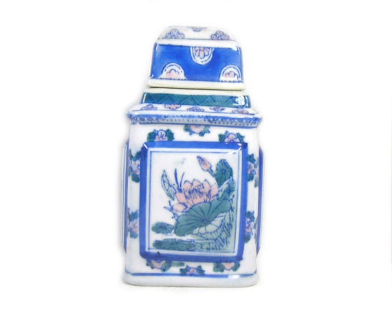 Vintage Chinese Porcelain Ginger Jar in Blue and White