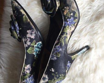Vintage Floral Printed Pointy Toe silk Pumps / Heels with Rosette size 5 1/2 / 50s vintage heels/ feminine ladylike heels
