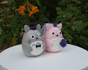 An owl couple wedding cake topper. / Purple roses