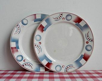 Digoin Sarreguemines Ensemble de 2 assiettes à dessert Modèle Cyrnos décor géométrique rouge et bleu