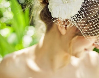 Wedding Fascinator, Bridal Feather Hair Clip, Ivory Bridal Fascinator, Bridal Hairpiece, Feather Fascinator, Wedding Hair accessories