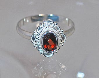 Ring in sterling silver with garnet setting