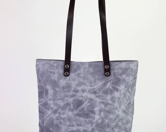 Light gray waxed canvas tote bag with leather strap shoulder use magnetic snap closure fully cotton lined simply minimalist useful large