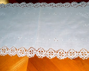 Beautiful Table  Runner with Lace Trim Pulled Thread Flowers Bright White ECS SVFT