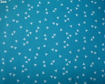Fabric white Triangles C444 35x49cm coupon turquoise background