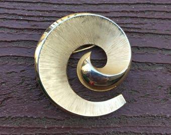 Vintage Jewelry Signed Trifari Pin Brooch Gold Tone Funky Swirl