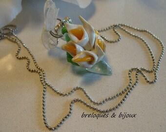 COLLIER FLEURS SOULIER artisanal réalisation fait main bijou :  bouquet d'arums sur petit soulier en résine vert