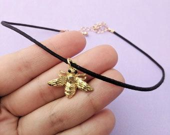 Abeille abeilles or collier en daim noir RAS de cou Bumble Bee collier de la reine collier enregistrer l'abeilles abeille or Charm Necklace