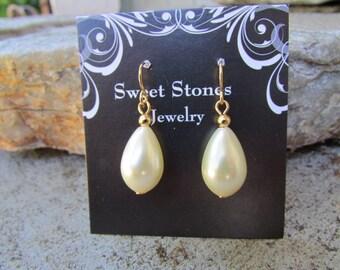 pearl earrings  minimalist  off white glass tear drop pearl jewelry  wedding bridesmaid earrings