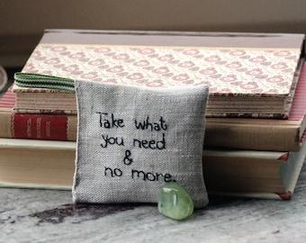 Nehmen Sie was Sie brauchen und nicht mehr Lavendel Duftkissen in Leinen mit gestickten text