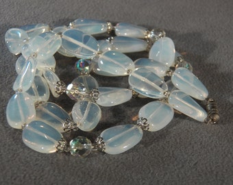 Vintage Bold Oval Round Opalescent Luster Aurora Borealis Glass Bead Necklace