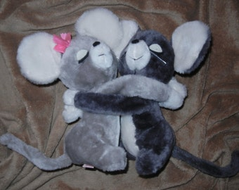 Mice Hugging Stuffed Plush Animals Loving Mice R Dakin Pair 1976 Vintage Clean Mouse Cute Vtg Excellent Condition!