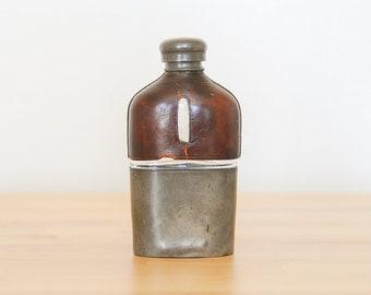 Vintage Hip Flask • victorien whisky bouteille • des années 1800 Olry & Co • verre étain • Steampunk cadeau petit ami • reconstitution historique en cuir