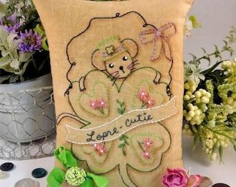 Shamrock Mouse embroidery PDF Pattern - primitive leprechaun stitchery Saint Patrick's day St. pillow pinkeep tag pin cushion tuck